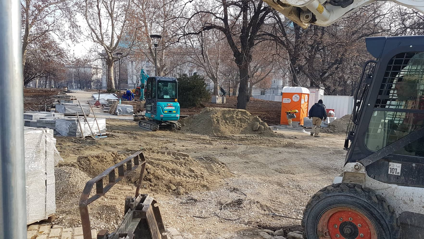 ремонт на градинката между СУ и НС