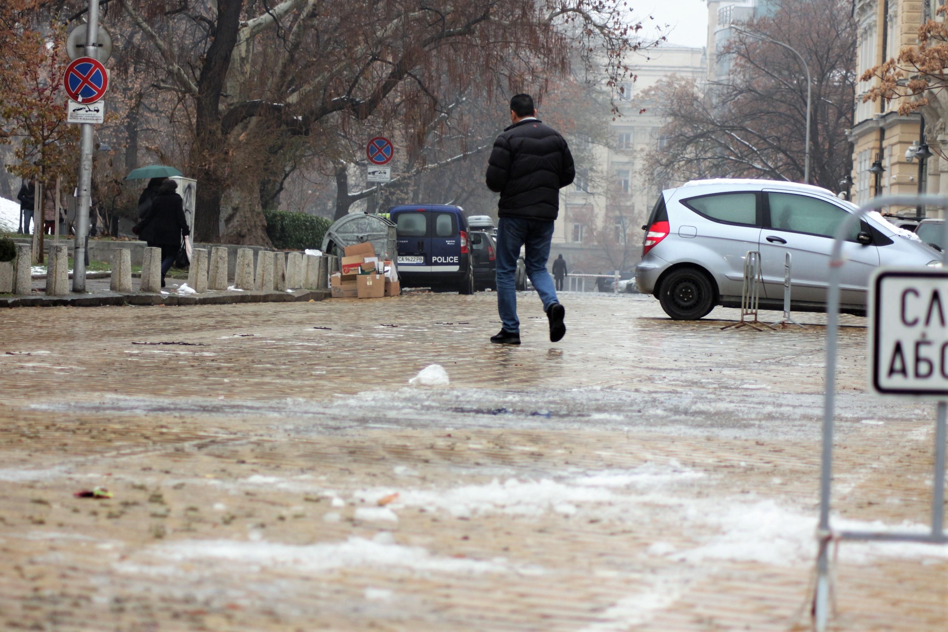 заледени улици в София