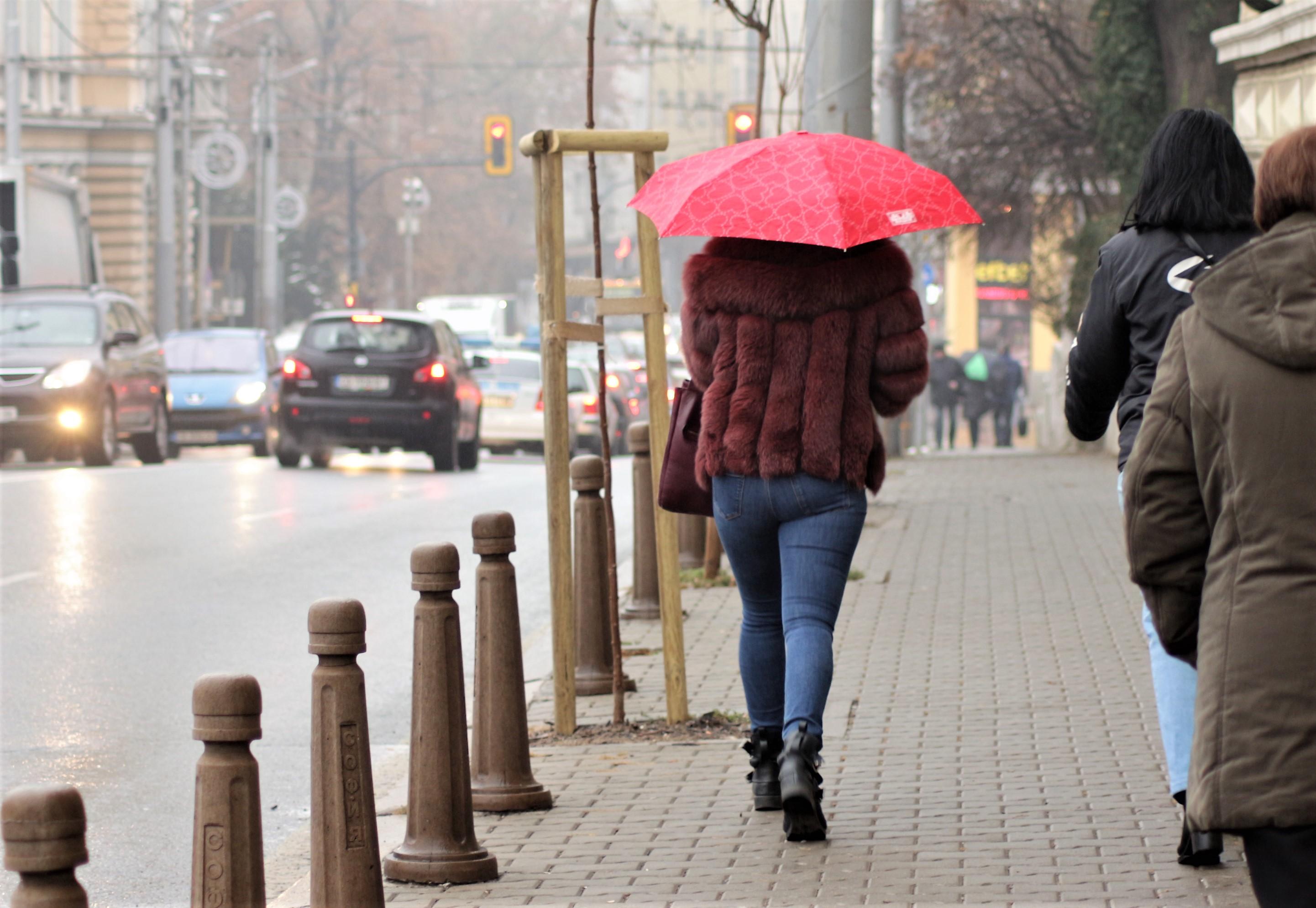 заледени тротоари и улици в София