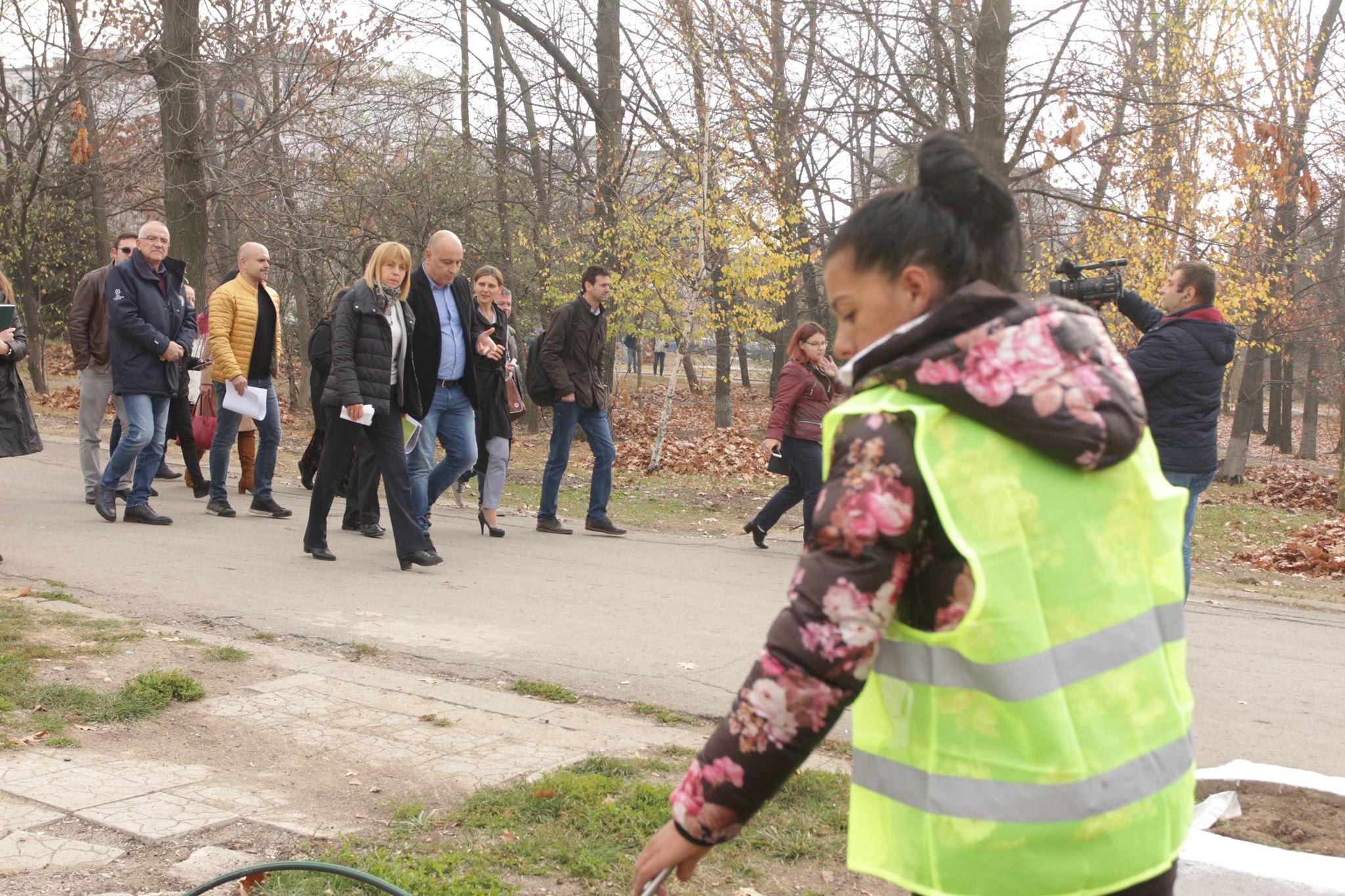 Фандъкова и кметът на Надежда проверяват ремонта в Северен парк