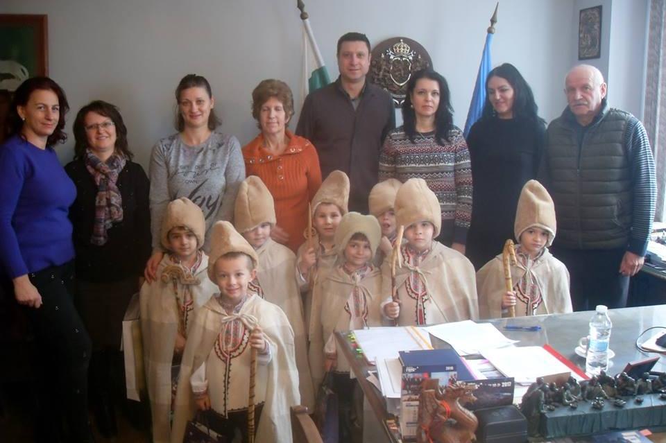Коледарчета при кмета на Банкя Рангел Марков