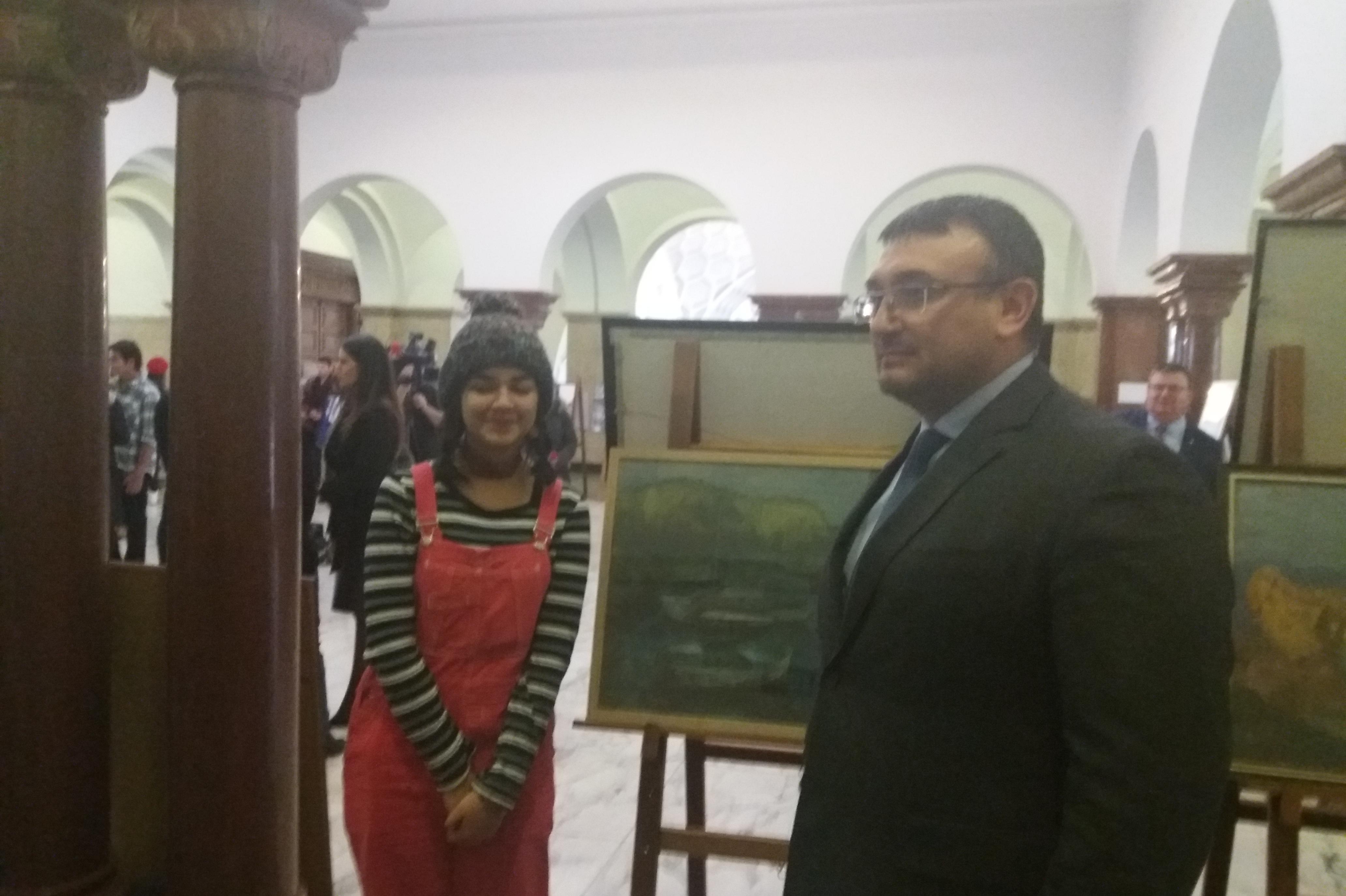 Младен Маринов купи картина на десетокласничка