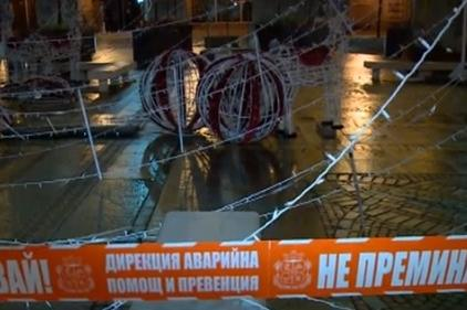 Падна коледната украса на Ларгото в София