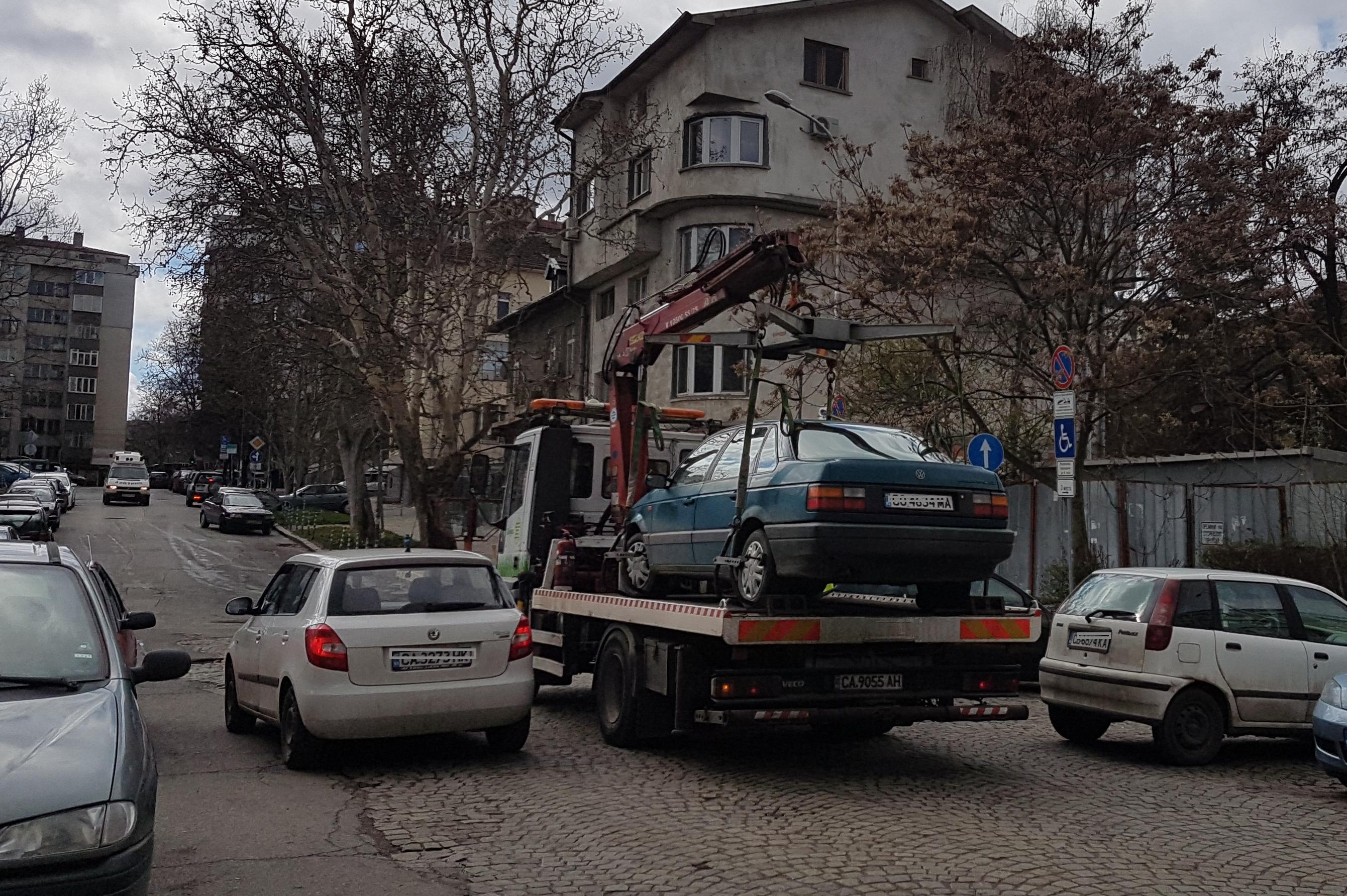 паяк вдига автомобил