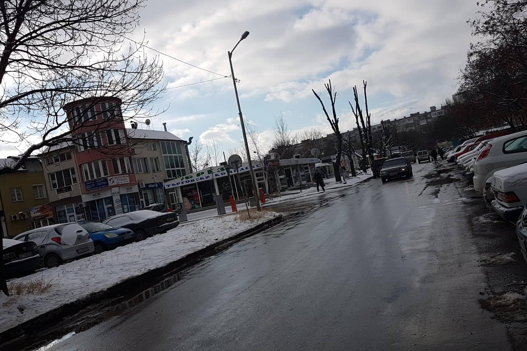 Заледени тротоари по ул. Туше Делииванов