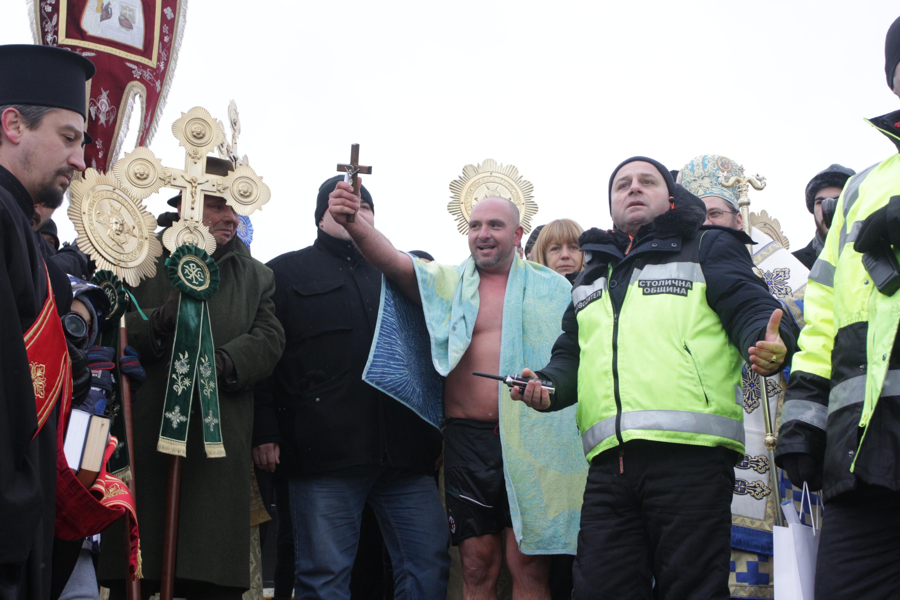 Йордановден на езерото в Дружба 1, Вячеслав Борисов с кръста