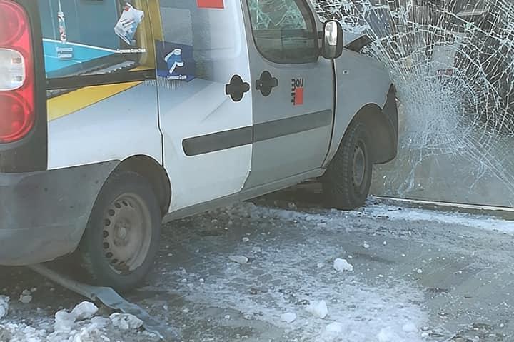 Кола се вряза във витрина в София