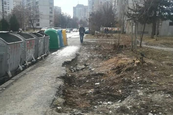 Изчистената от боклуци зелена площ пред бл. 373 в Младост 3