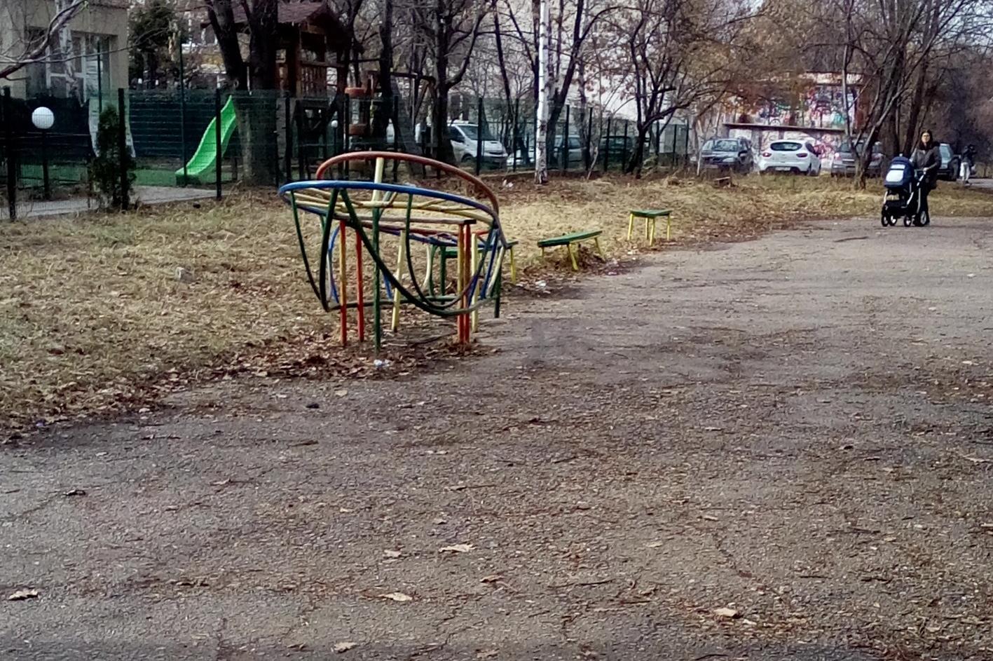 Изоставена детска площадка в Младост
