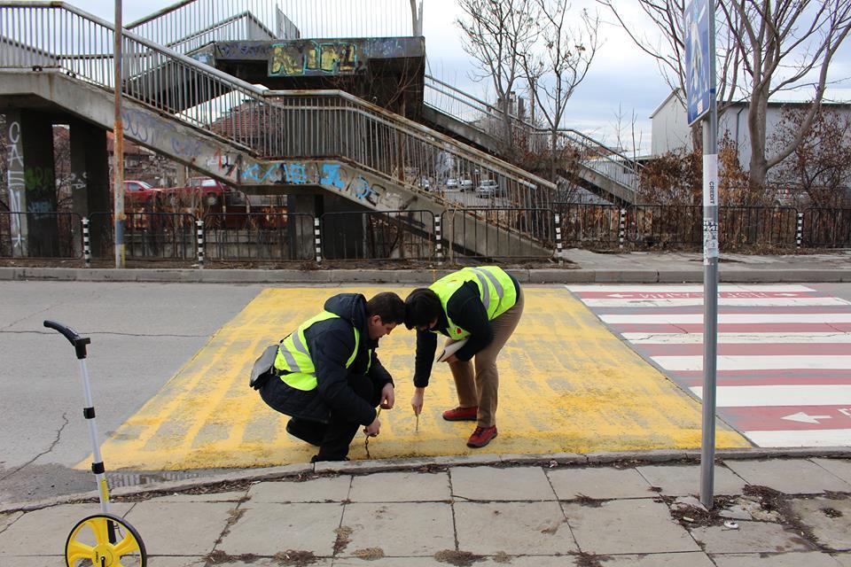 Експерти оглеждат улиците около училището