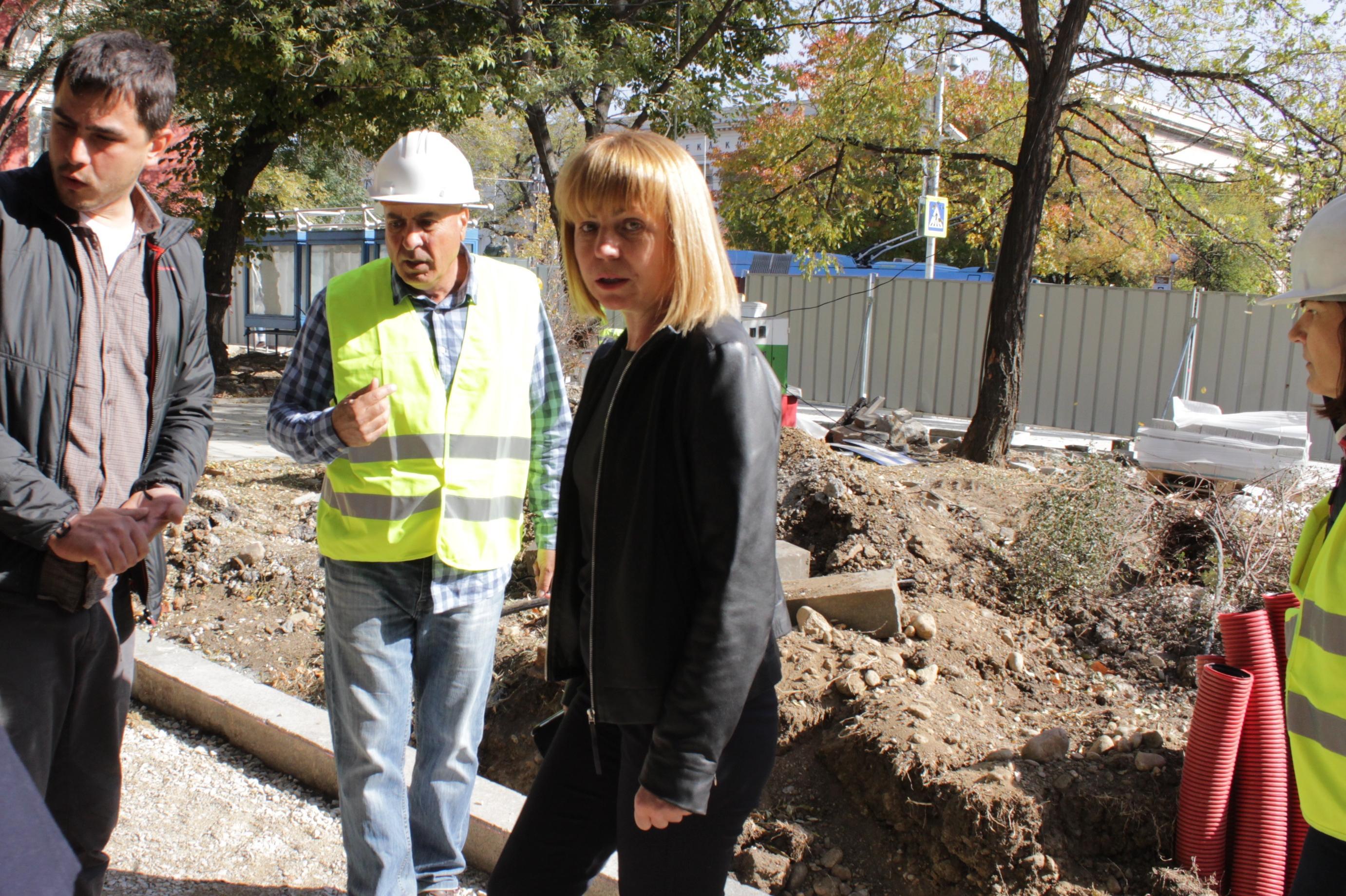 Йорданка Фандъкова проверява ремонта на градинката до парламента