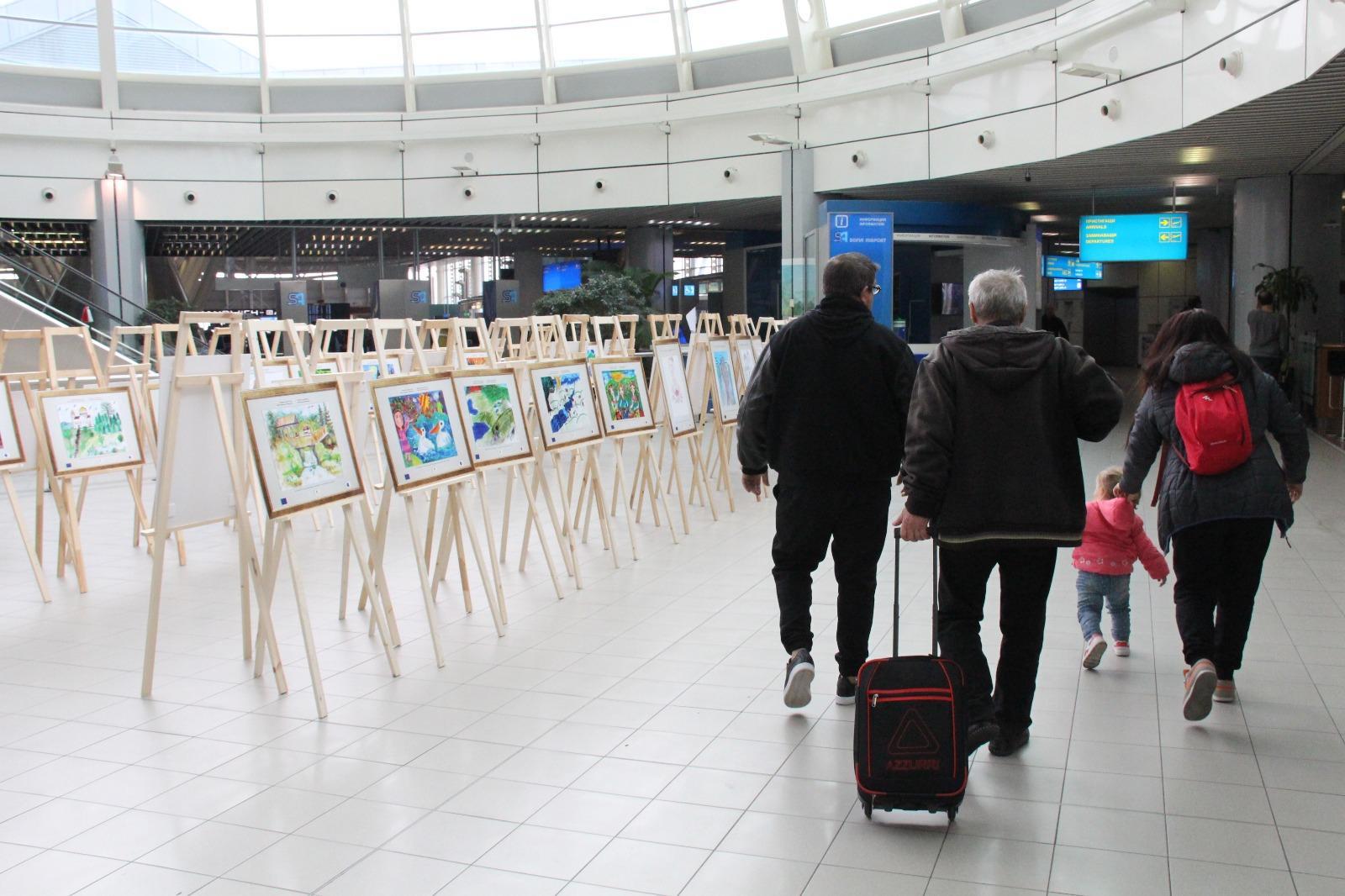 Изложба на детски рисунки на Летище София