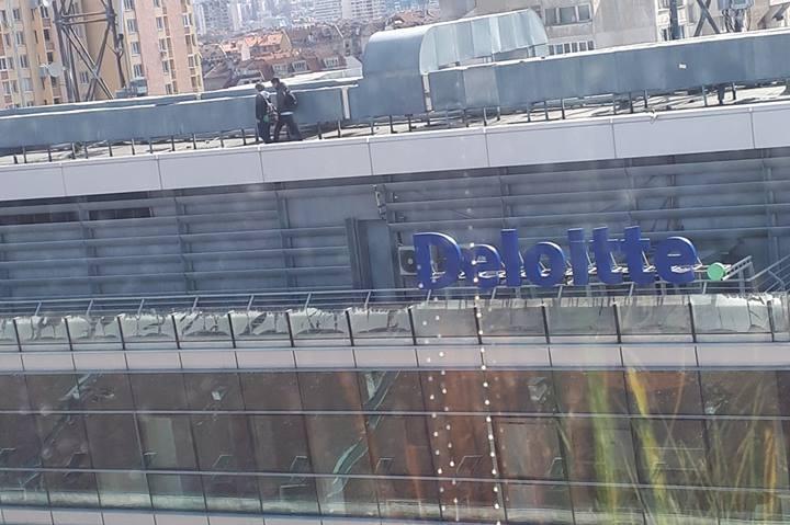 Деца по покрива на бул. Стамболийски