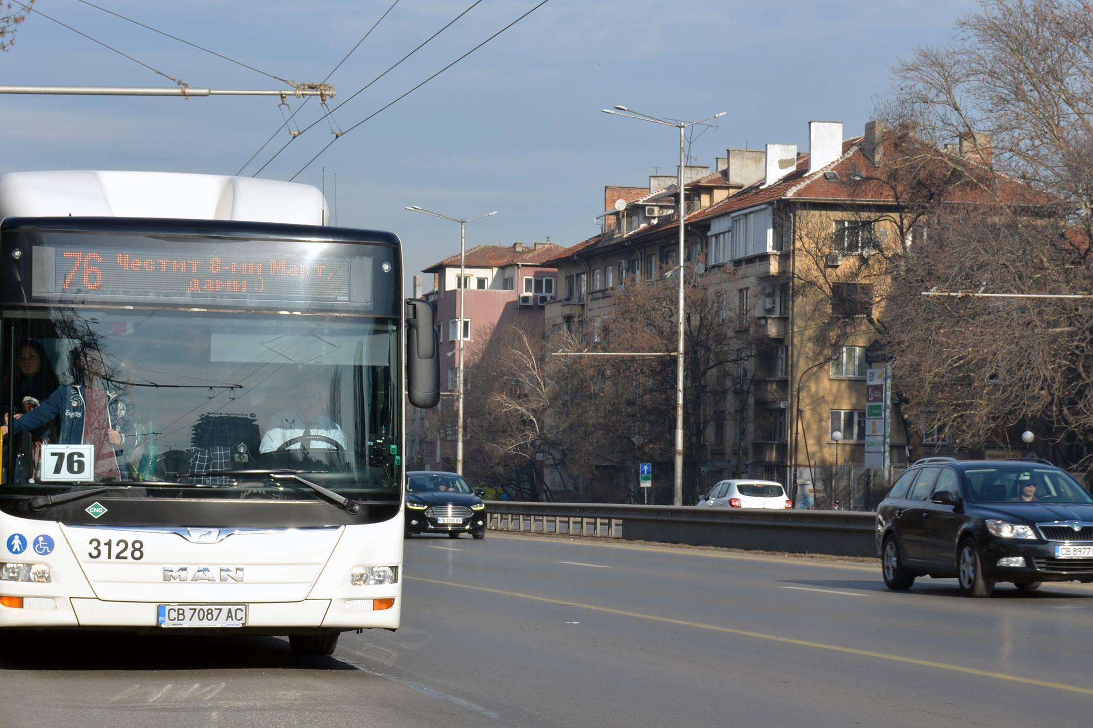 Автобус 76 поздравява дамите