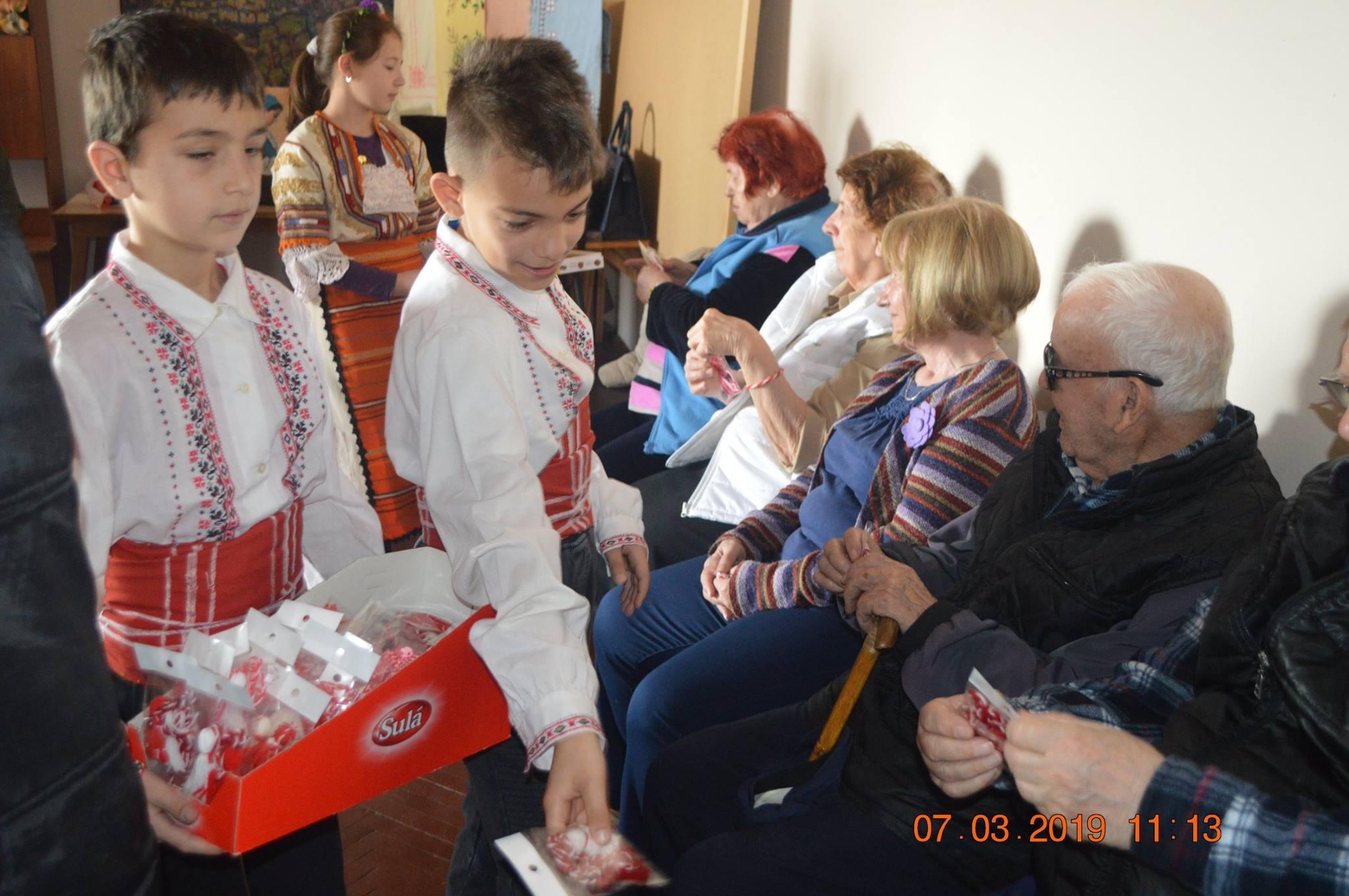 Деца посетиха дом за възрастни хора