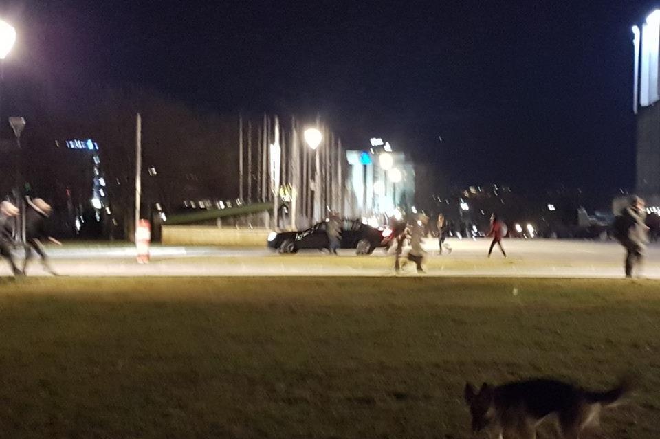 Кола преминава пред НДК