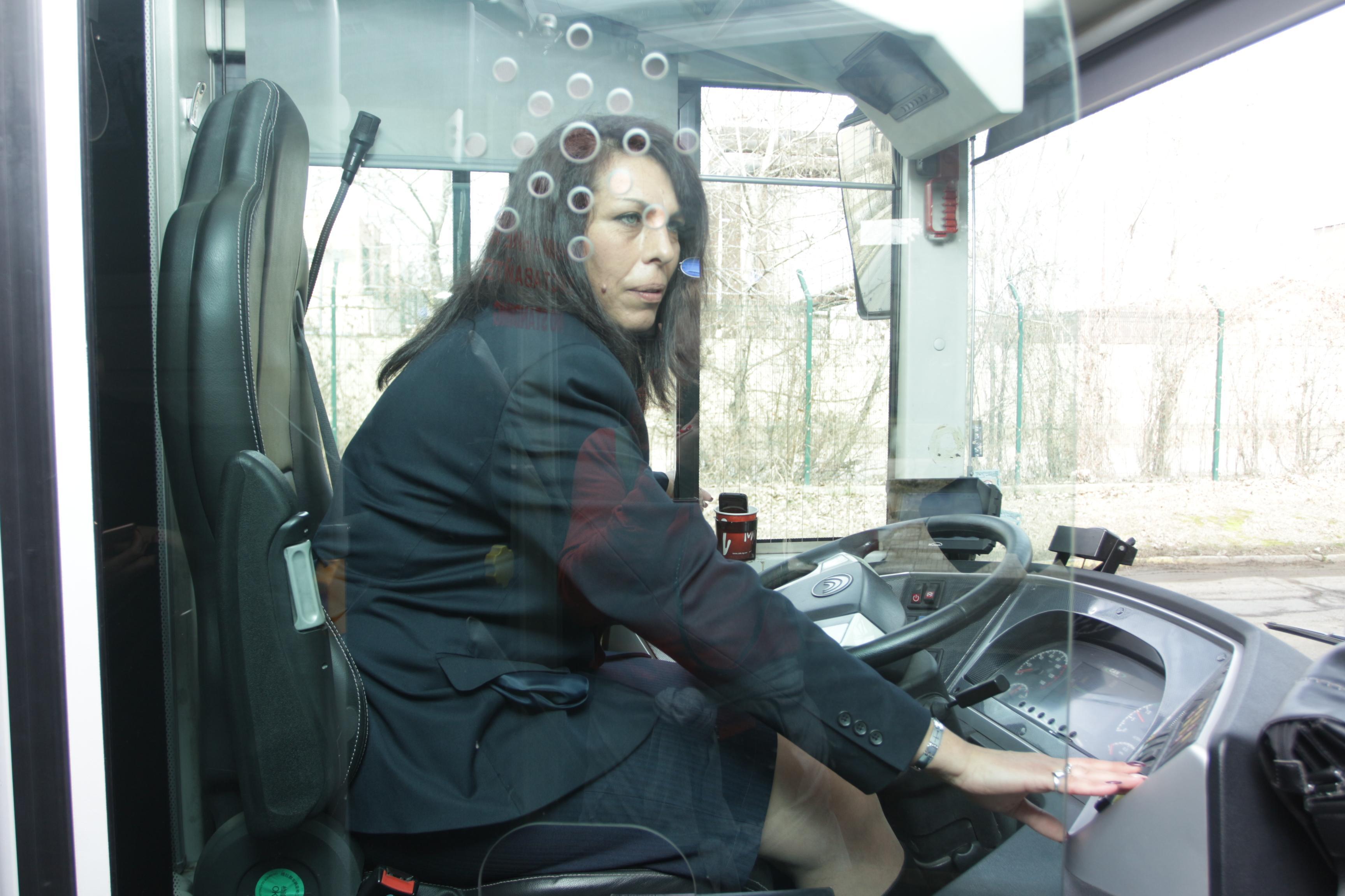 Жена управлява автобус в градския транспорт