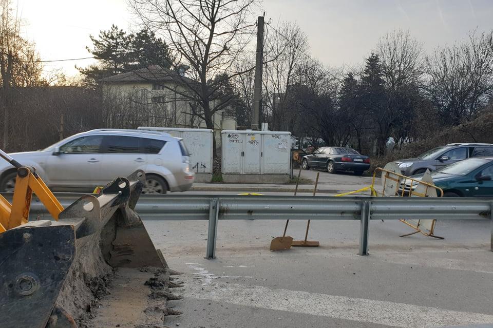 Софийска вода отстраняват авария, която направи задръстване на Симеоновско