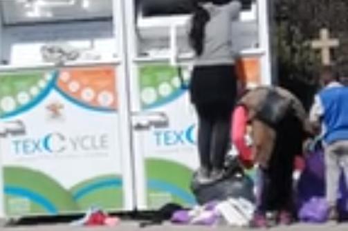 Роми измъкват изхвърлени дрехи в контейнер