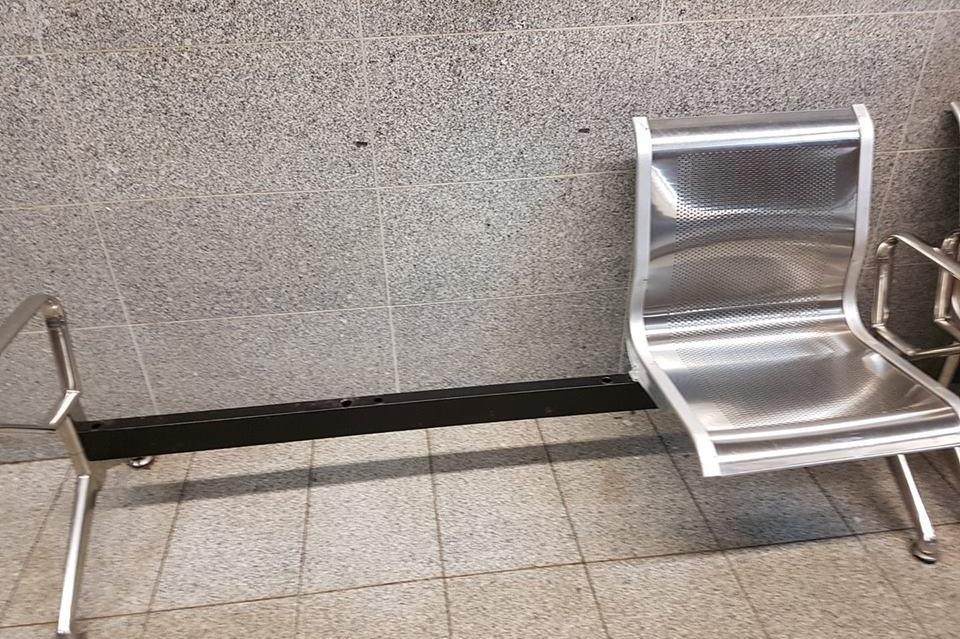 Седалки на метростанция Джеймс Баучер