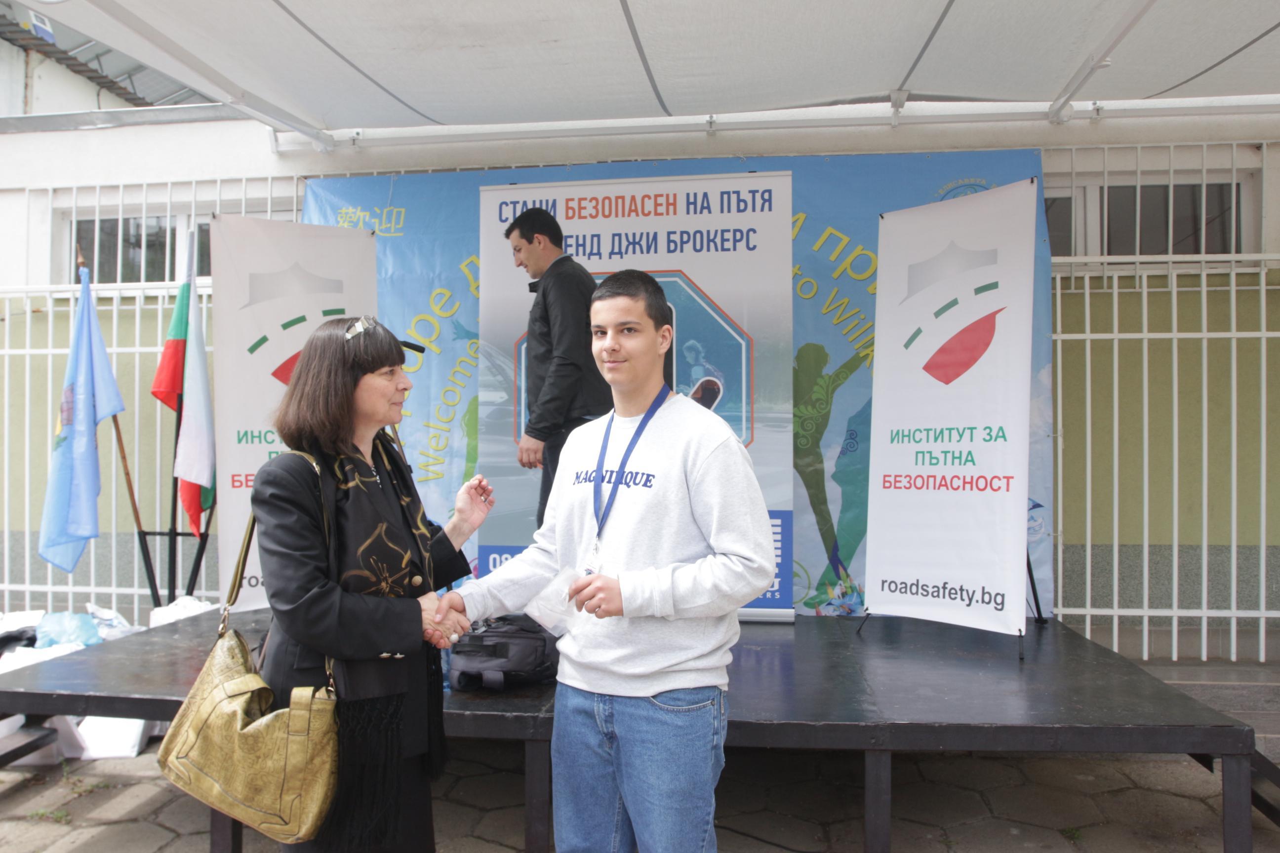 Награждаване на участник в Олимпиадата по безопасност на движението