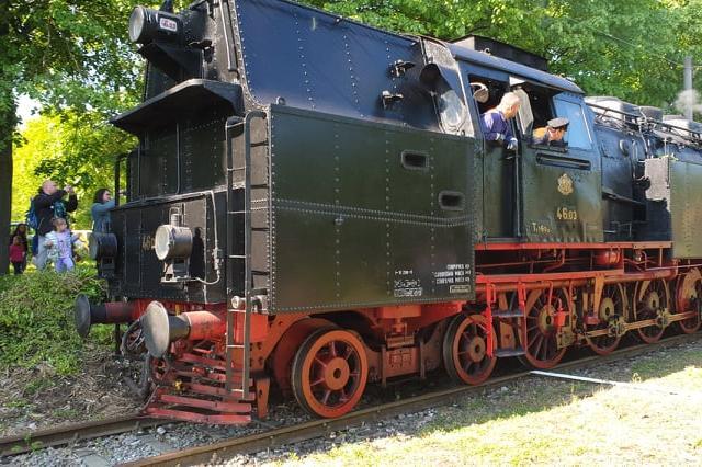 Влакът, теглен от ретро локомотива Баба Меца