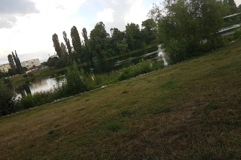 Тревна площ и езеро