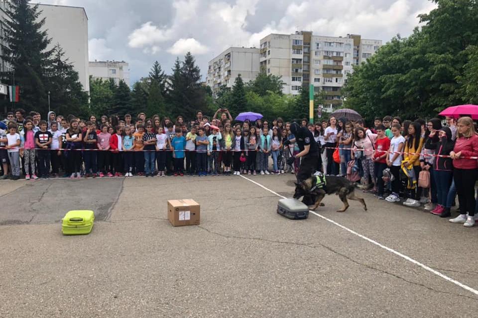 """Кампанията на Агенция Митници """"Не сте сами"""" гостува на 145 училище в София"""