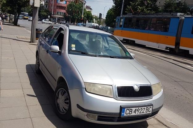 Паркиране върху тротоар на бул. Христо Ботев