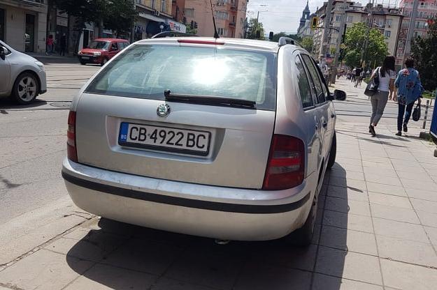 Кола паркира на тротоара на бул. Христо Ботев