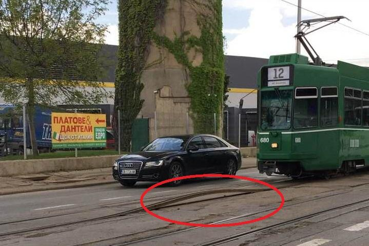 Изскочилите трамвайни релси на бул. Илиенско шосе