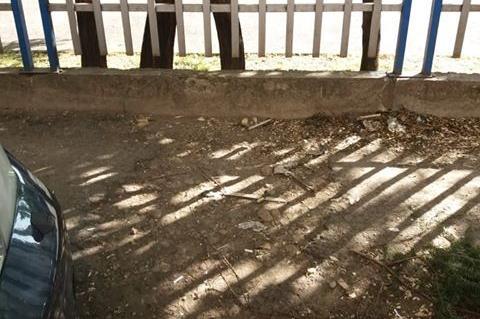 Разбита настилка на ул. Ястребец