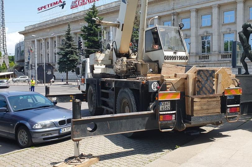 Разчистват пред ст. Васил Левски