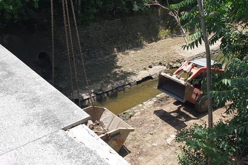 Почистване на коритото на Перловска река