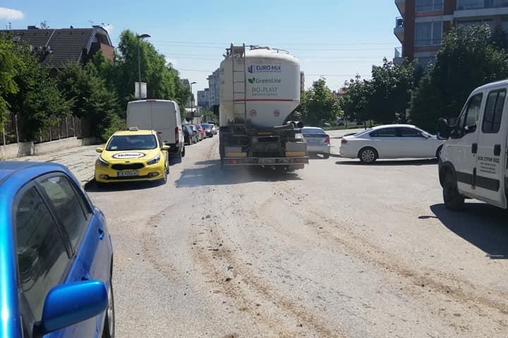Камион разнася кал по измитя улица в кв. Витоша