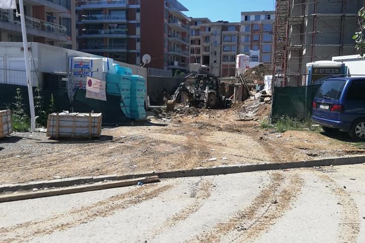 Кал по улицата, разнасяна от камион