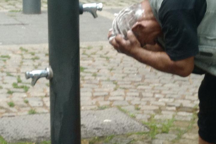 Мъж се къпе