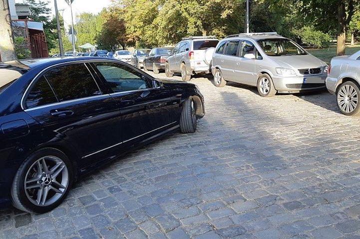 Паркирани коли в Редута пречат на движението