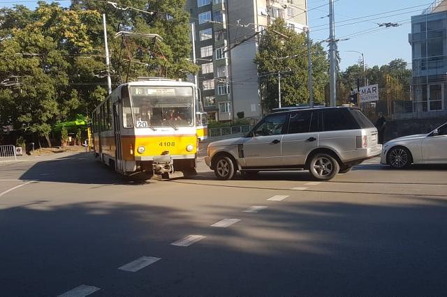 """Джип срещу трамвай на """"Дондуков"""""""