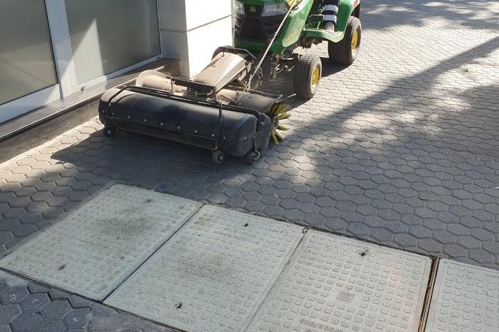Машинно чистене на тротоарите на Раковски и Дондуков
