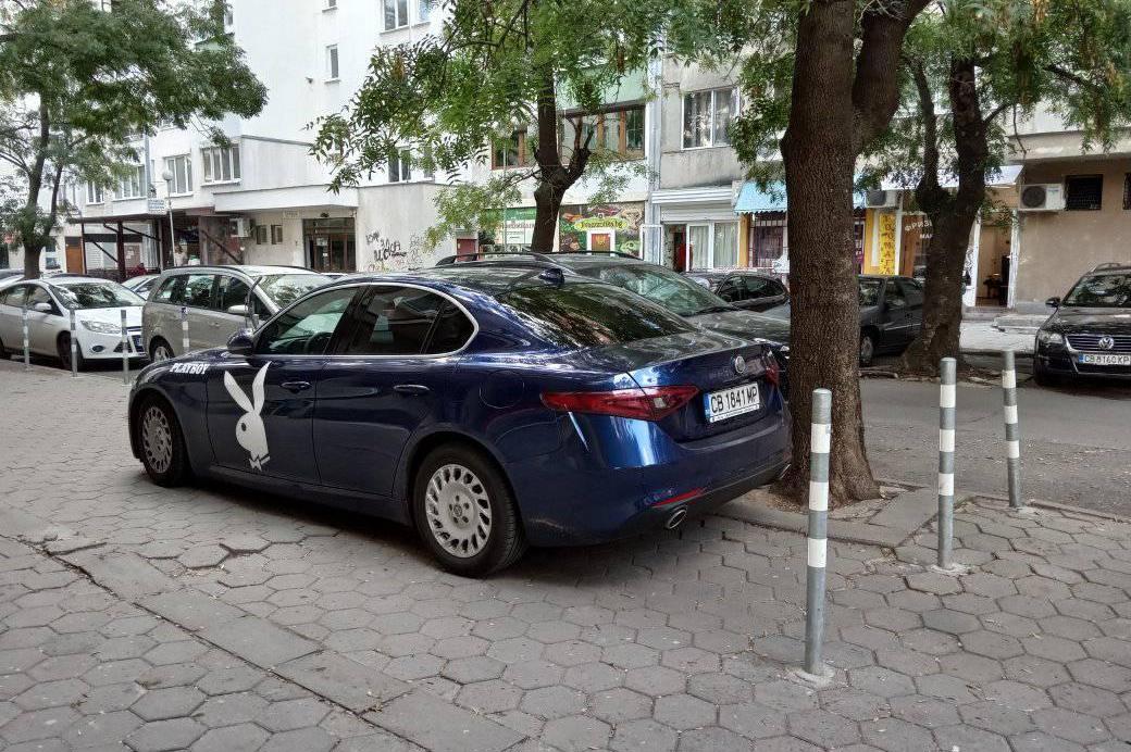 Паркиран автомобил през колчета на ул. Дедеагач