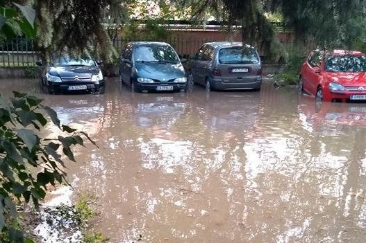 Коли станаха амфибии при наводнение на улицата при бл. 200 в Красно село