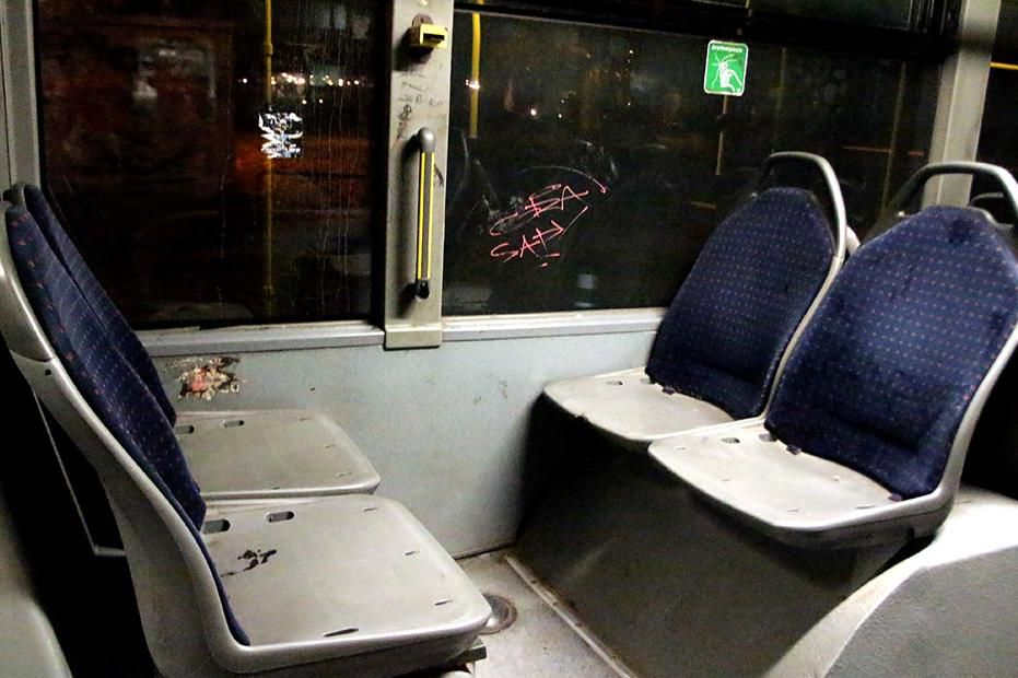 Счупени седалки в градски автобус