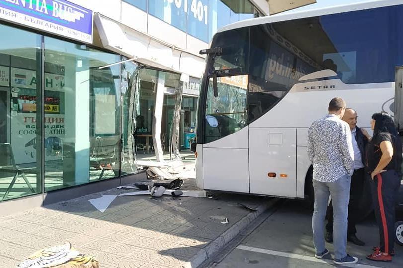 Автобус влезе в чакалнята, на шофьорът му прилошало.