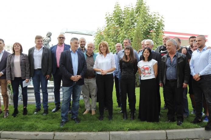 Йорданка Фандъкова заедно с кандидатите за общински съветници във Връбница