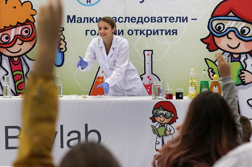 """Ученици правят експерименти в """"Байлаб"""""""