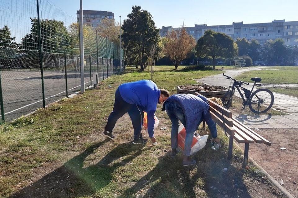 Паркът и спортната площадка до 108 училище в Дружба 1 осъмнаха в боклуци