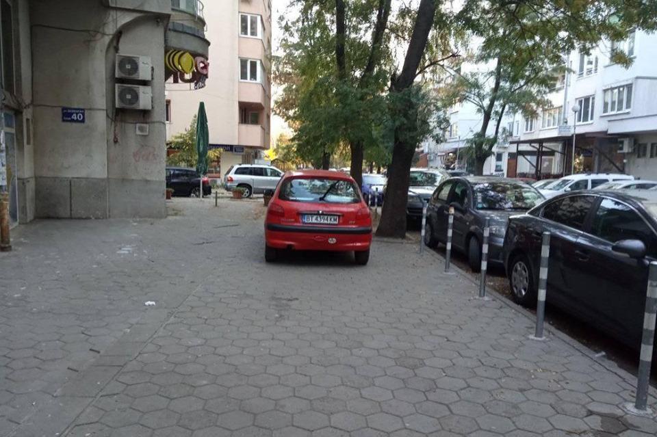 Паркиране върху тротоар