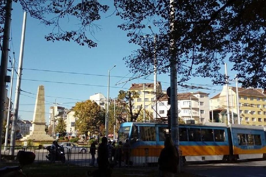 Граждани бутат трамвай №5