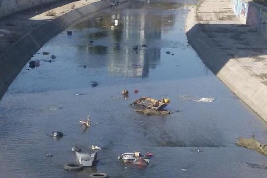 Изхвърлят мебели в реката в кв. Сухата река